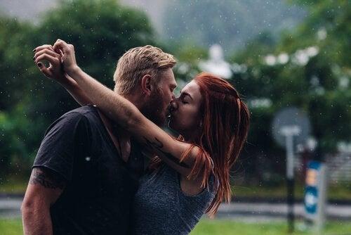 Paar küsst sich im Regen