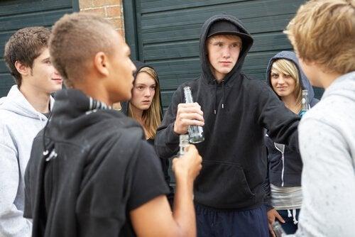 Jugendliche trinken und streiten