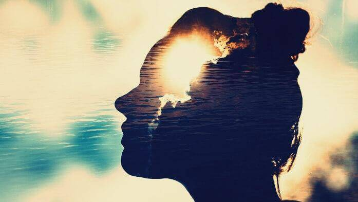 Aufnahmefähiger Geist - Profil einer Frau gen Sonnenuntergang