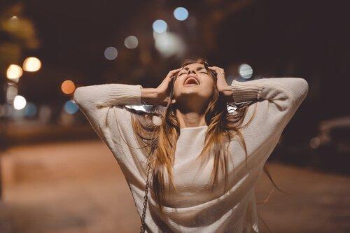 Schreiende Frau auf einer Straße