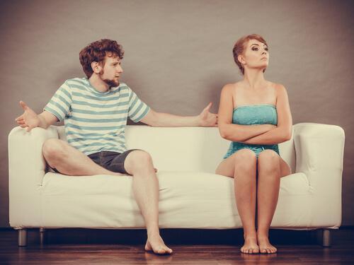 Paar sitzt auf einer Couch und streitet sich