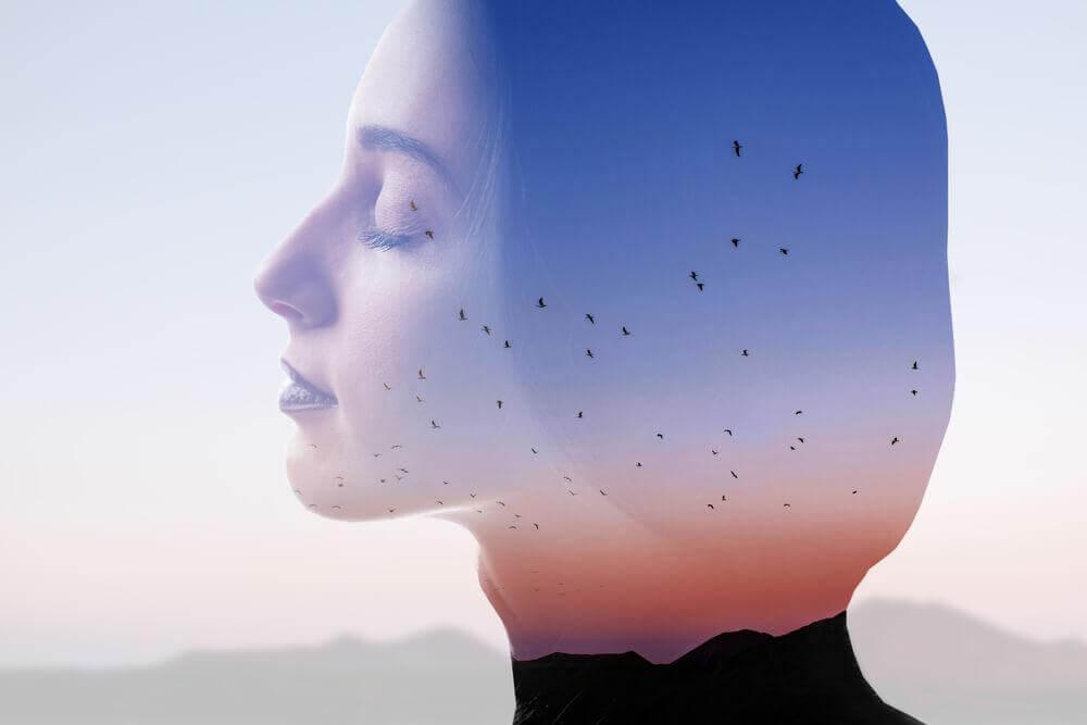 Profil einer Frau mit geschlossenen Augen umgeben von Vögeln