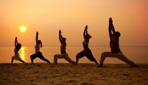 Menschen, die am Strand Tai Chi praktizieren