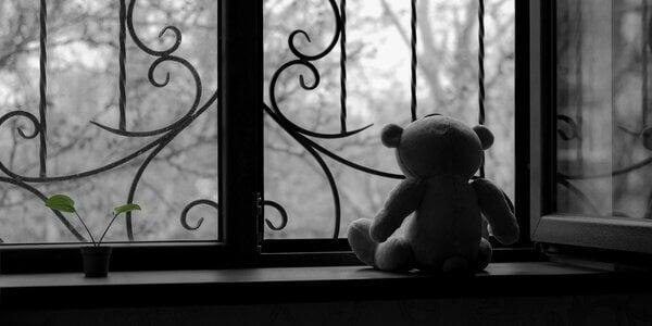 Trauertherapie - Teddy am Fenster