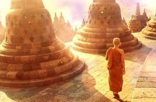 Spirituelle Lehrer - Buddhistischer Mönch wird von der Sonne angestrahlt.
