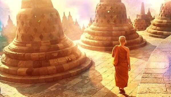 Buddhistischer Mönch wird von der Sonne angestrahlt