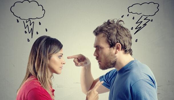 Toxische Verhaltensweisen - Paar streitet sich