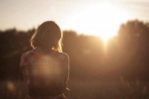 Warum habe ich nicht den Partner, den ich mir wünsche? - traurige Frau bei Sonnenuntergang