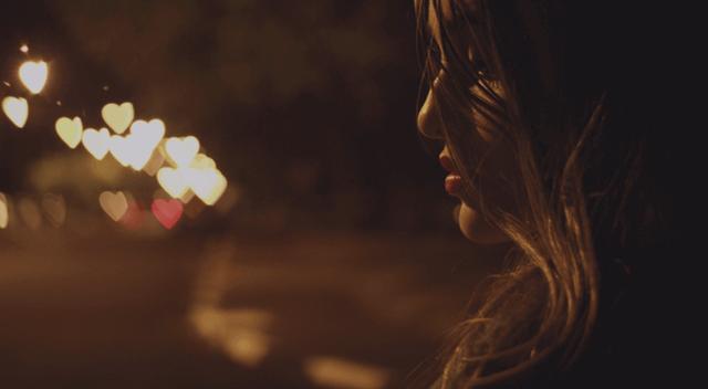 Traurige Frau auf dunkler Straße