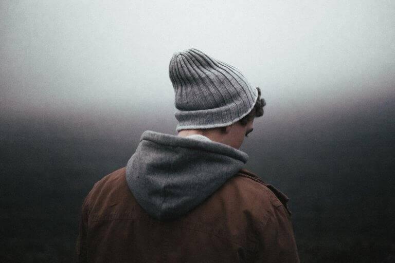 Mann mit Mütze ist von hinten zu sehen