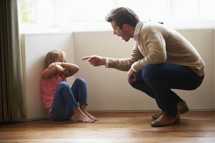 Ein Vater schimpft mit seiner Tochter.