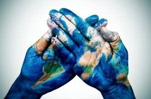 Kulturpsychologie - Weltkarte auf zwei Hände gemalt