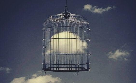 Vogelkäfig mit einer Wolke im Inneren