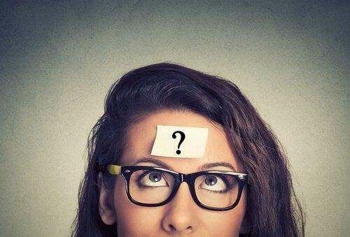 Frau mit Fragezeichen auf der Stirn