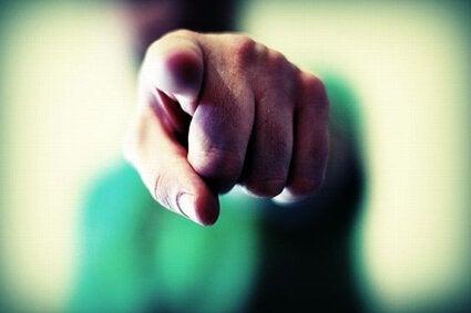 Ausgestreckter Zeigefinger zeigt auf Betrachter