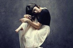 Emotionen verstecken - Frau schwebt in der Luft