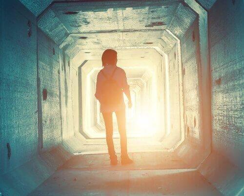 Jugendlicher in einem Tunnel