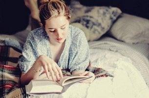 Lesen vor dem Schlafengehen - Mädchen, das im Bett liest
