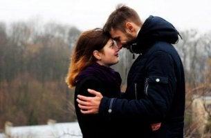 Warum fühlen sich Menschen zueinander hingezogen? - Paar, das sich in die Augen blickt