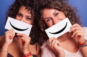 Zeit oder Geld - glückliche Frauen mit Smileys