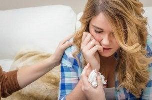 Jugendlichen helfen - weinende Jugendliche