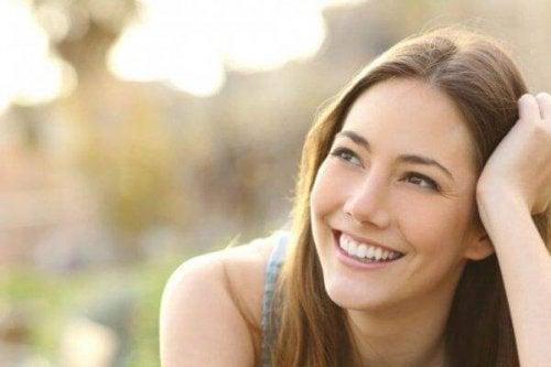 Frau, die zufrieden lächelt