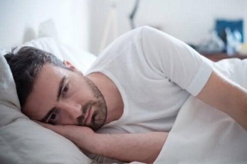 Mann, der krank im Bett liegt