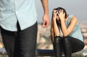 Emotional gewalttätige Menschen - Mann lässt verzweifelte Frau zurück