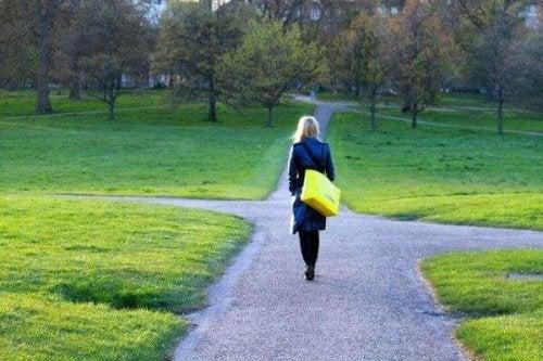 Heuristiken und kognitive Verzerrungen - Frau an einer Kreuzung