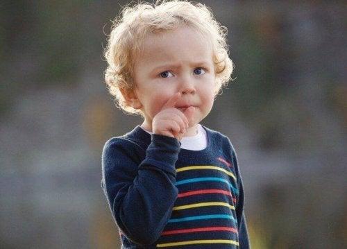 Kind, das mit dem Finger auf jemanden zeigt