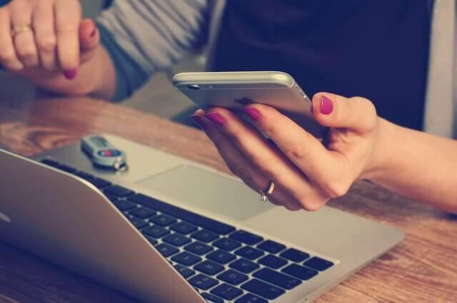 Machen Smartphones dumm? Wir schauen jedenfalls ständig drauf.