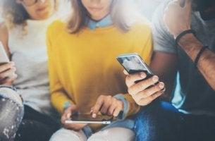 Machen Smartphones dumm wenn wir nicht mehr mit anderen reden?