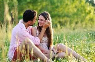 Über Liebe reden tun frisch verliebte Paare sehr gerne.