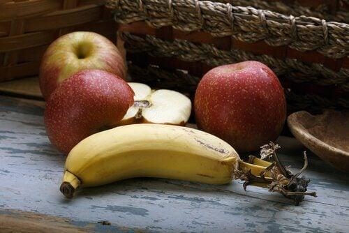 Äpfel und Banane