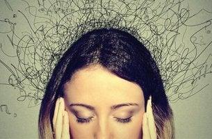 Auswirkungen von Angst auf das Gehirn - Frau greift sich an die Schläfen