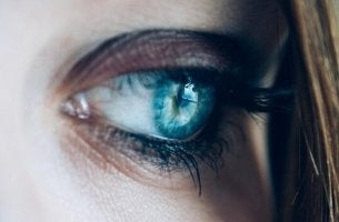 Überempfindlich - blaues, trauriges Auge