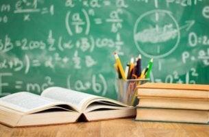 Was macht ein Schulpsychologe? - Bücher auf dem Schreibtisch eines Schulpsychologen