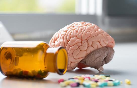 Plastikgehirn und bunte Tabletten