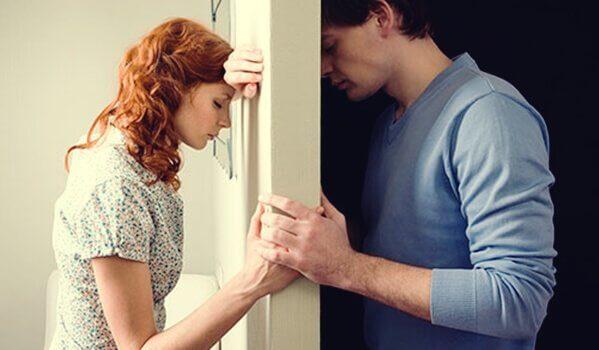 Ein Paar, getrennt durch eine Tür