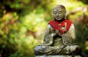 Schlüssel zur wahren Liebe - ein sitzender Buddha