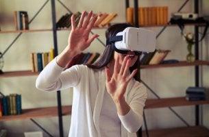 Technik in der Therapie - Eine Frau trägt eine Virtual-Reality-Brille.