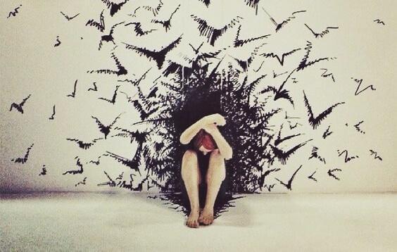 Frau schützt sich mit ihren Armen vor vielen fliegenden Vögeln