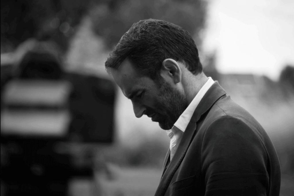 Schwarz-Weiß-Bild eines traurigen Mannes