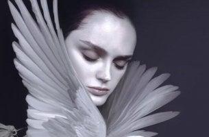 Emotionale Erschöpfung - Frau mit weißen Flügeln am Hals