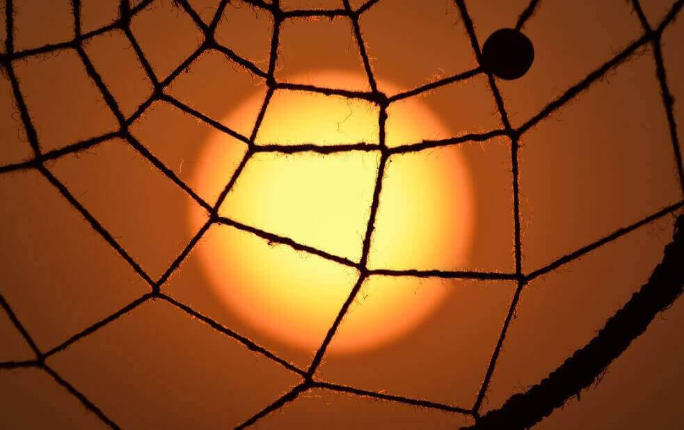 Fischernetz vor roter Sonne