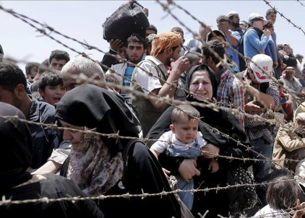 Flüchtlinge an Maschendrahtzaun