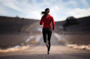 Achtsamkeit im Sport - Frau beim Joggen