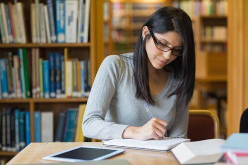 Frau lernt in einer Bibliothek