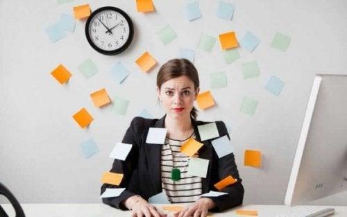Frau, die nie aufhört zu arbeiten, ist mit Post-its beklebt