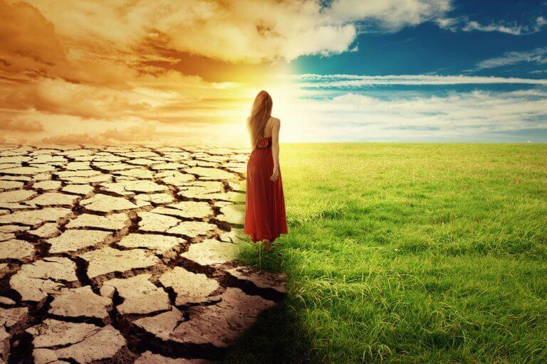 Frau, die zwischen zwei verschiedenen Landschaften geht